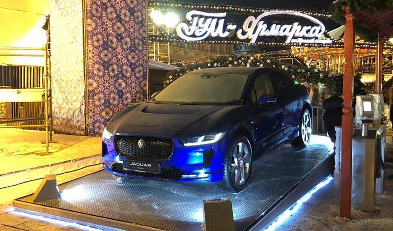 Jaguar Land Rover стал официальным автомобильным партнером ГУМ-Катка в Москве