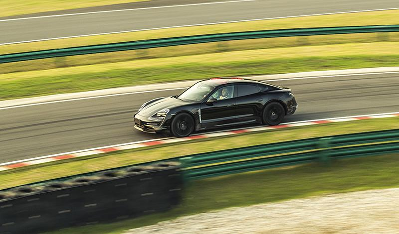 Прототип Porsche Taycan гостит в Шанхае