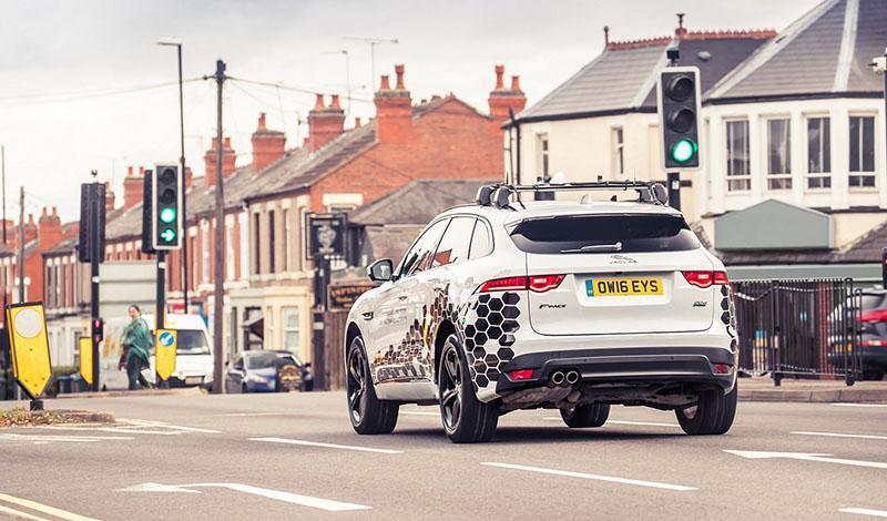 Jaguar и Land Rover представляет новую технологию для связи между транспортными средствами и инфраструктурой V2X